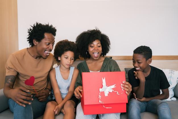 父と子供たちは母の日に母を祝います。 無料写真