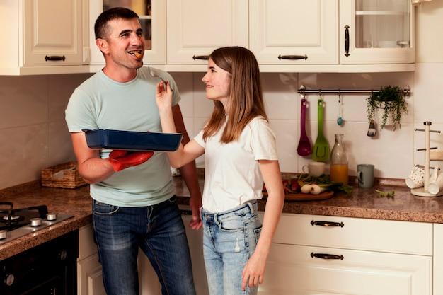 父と娘が台所で料理 無料写真
