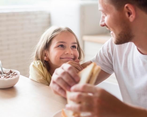 Отец и дочь едят вместе Бесплатные Фотографии