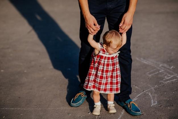 아버지와 딸. 남자와 여름에 공원에서 야외에서 아름 다운 소녀 프리미엄 사진