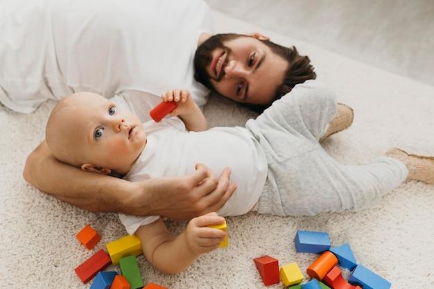 家の床に父と彼の赤ちゃん 無料写真