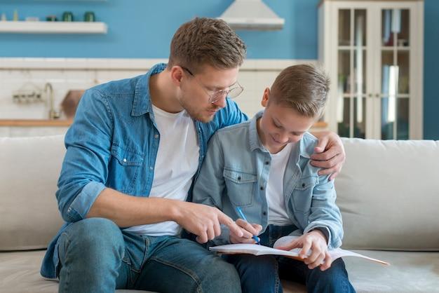 Отец и сын делают домашнее задание Бесплатные Фотографии