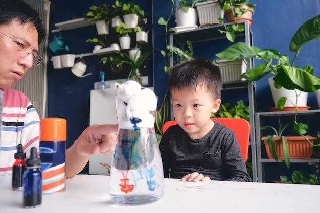 父と息子が楽しく簡単な科学実験を行う Premium写真