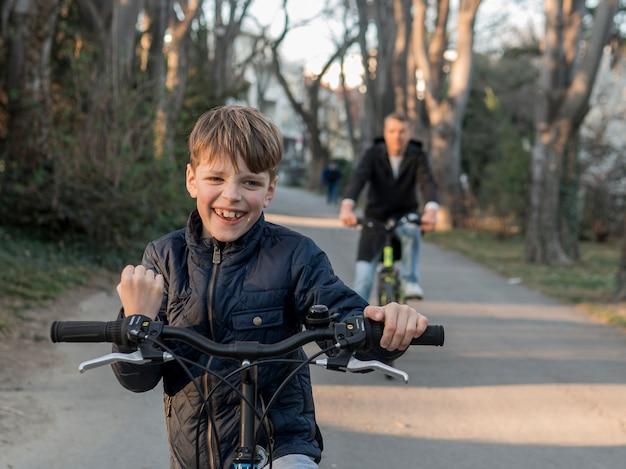 자전거 경주에 아버지와 아들 무료 사진