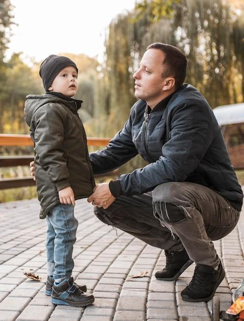Отец и сын разговаривают на открытом воздухе Premium Фотографии
