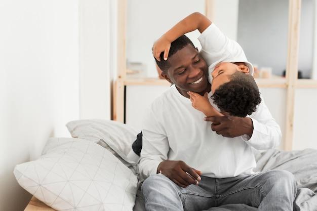 Отец и солнце играют в помещении Premium Фотографии