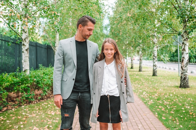 Father and cute daughter outdoor at fall Premium Photo