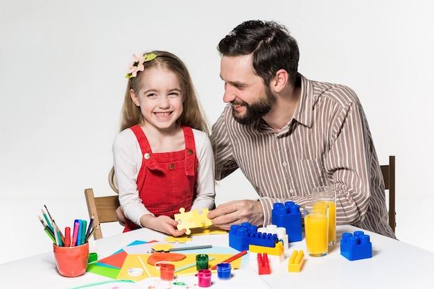 Padre e figlia che giocano insieme giochi educativi Foto Gratuite