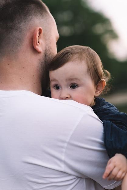 Отец держит свою маленькую девочку Premium Фотографии