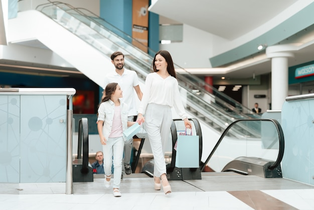 Father, mother and daughter with shopping bags. Premium Photo