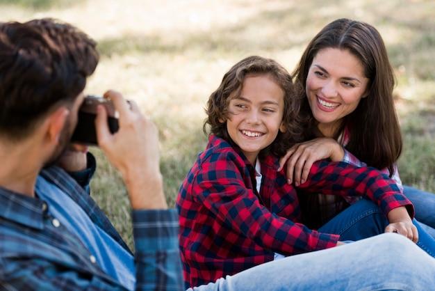 父は公園で屋外の母と息子を撮影 無料写真