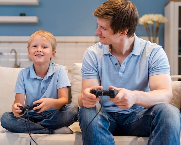 Отец играет в видеоигры вместе с сыном Бесплатные Фотографии