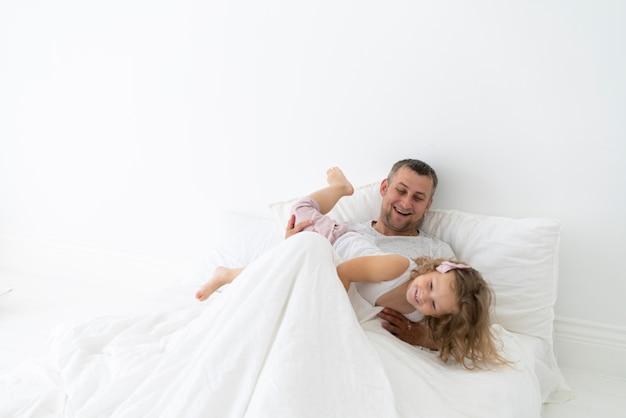 寝室で娘と遊ぶの父 無料写真