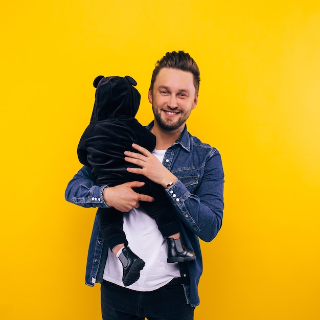 그의 팔에 그를 잡고 그의 아들과 함께 연주 아버지. 프리미엄 사진