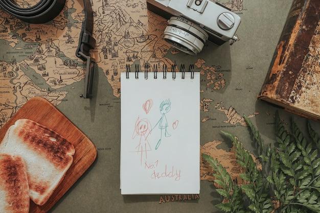 Композиция дня отца с фотоаппаратом, рисунком и тостами Бесплатные Фотографии