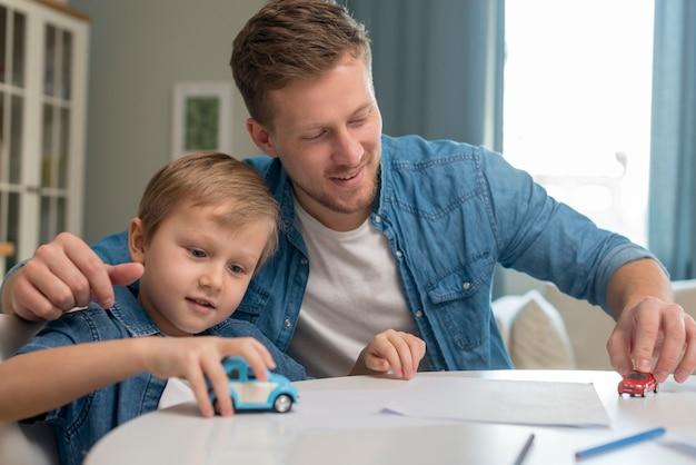 День отца папа и сын играют с игрушками Premium Фотографии