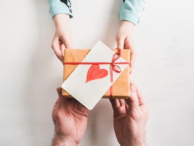 父の手と最年少の娘 Premium写真