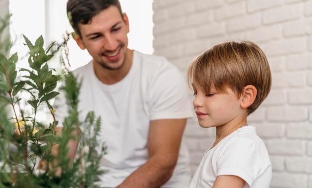 Padre e figlio imparano a fare giardinaggio insieme Foto Gratuite