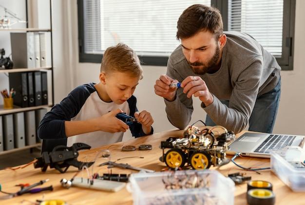 Padre e figlio che fanno robot Foto Gratuite