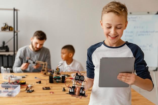 Padre e figli che fanno robot Foto Gratuite