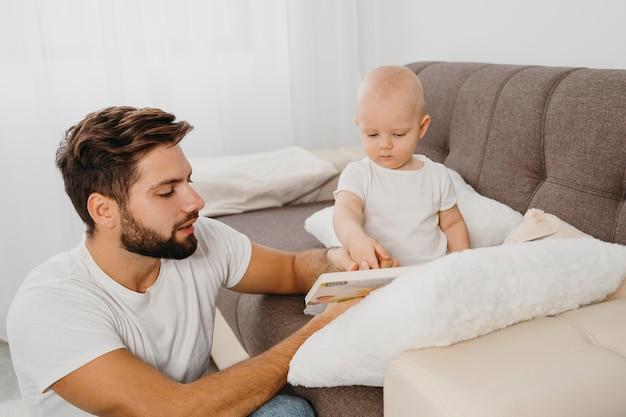 家で赤ちゃんと過ごす父 Premium写真