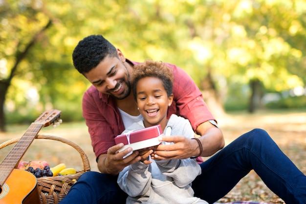 작은 현재와 그의 딸을 놀라게하는 아버지 무료 사진