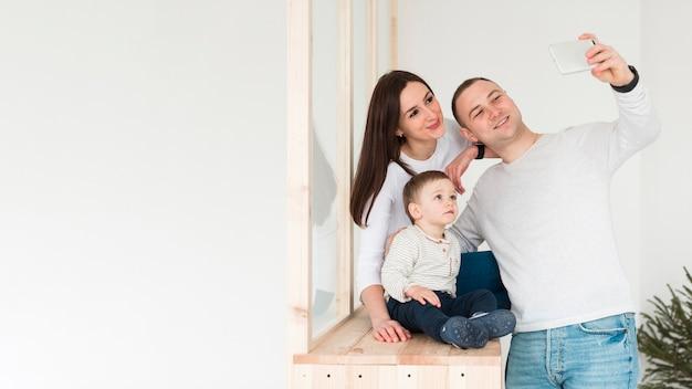 父と母と子の家族のselfieを取る 無料写真