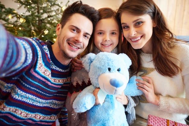 家族のクリスマスセルフィーを取る父 無料写真