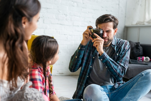 Отец фотографирует жену и ребенка Бесплатные Фотографии