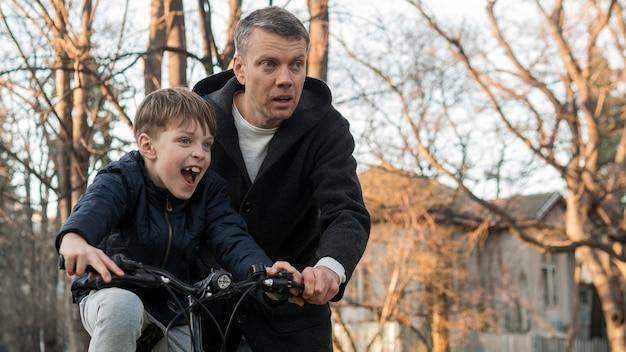 자전거를 타는 방법 그의 아들을 가르치는 아버지 무료 사진