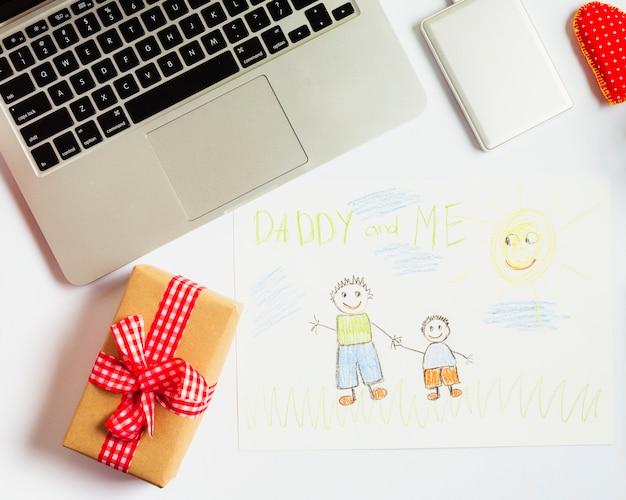 Композиция дня отца с ноутбуком и милым рисунком Бесплатные Фотографии