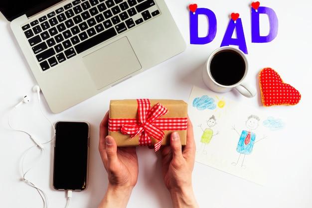 Композиция дня отца с ноутбуком и руками Бесплатные Фотографии