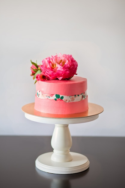 Faultline cake decoraited sugar paper and pink peony Premium Photo
