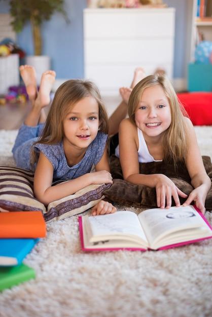 좋아하는 책을 바닥에서 읽다 무료 사진