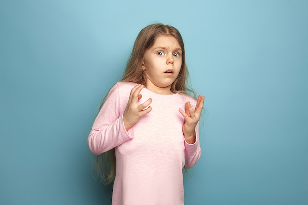 Paura. ragazza teenager spaventata sorpresa sull'azzurro. le espressioni facciali e le emozioni delle persone concetto Foto Gratuite