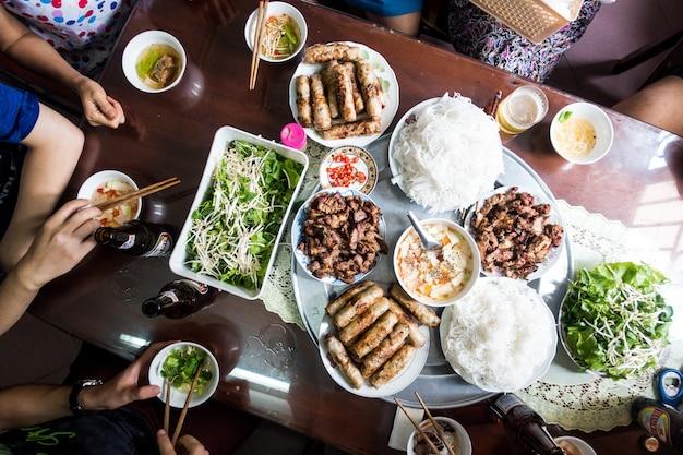 Празднование с семьей на вьетнамской традиционной еде Бесплатные Фотографии