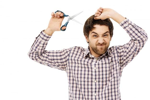 Fed-up Guy 격리에 자신의 머리카락을 잘라 가위를 잡아 무료 사진