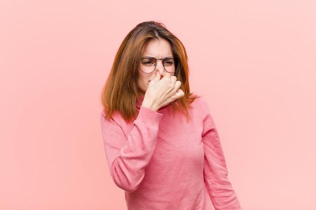 Чувство отвращения, зажатие носа, чтобы не почувствовать неприятный запах Premium Фотографии