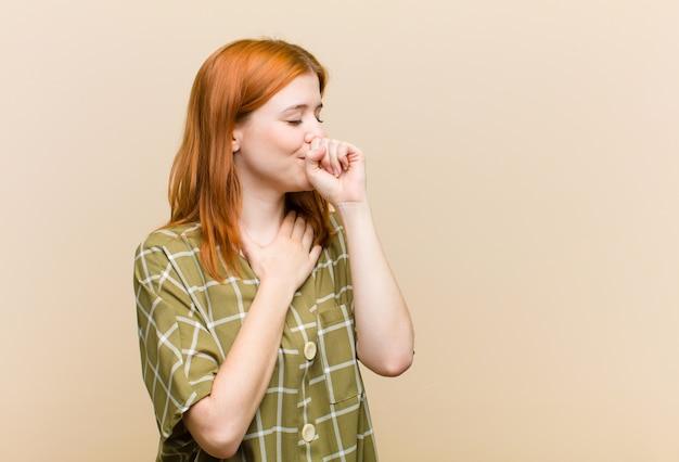 Плохое самочувствие с болью в горле и симптомами гриппа, кашель с конусом рта Premium Фотографии