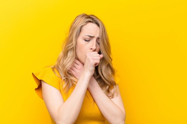 Чувствую себя больным с болью в горле и симптомами гриппа, кашель с закрытым ртом Premium Фотографии