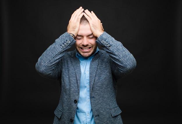 Чувство стресса и тревоги, депрессии и разочарования от головной боли, поднимая обе руки к голове Premium Фотографии