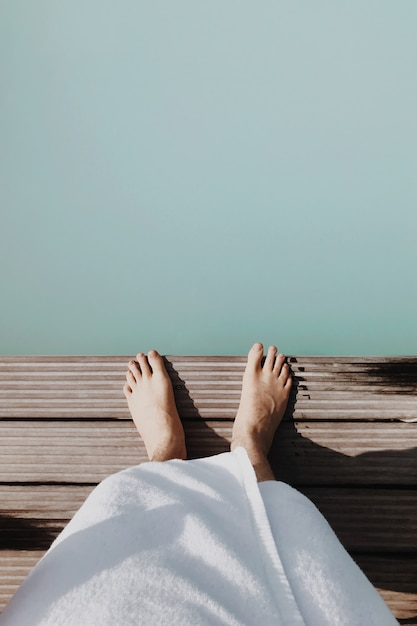 Ноги стоя над водой Premium Фотографии