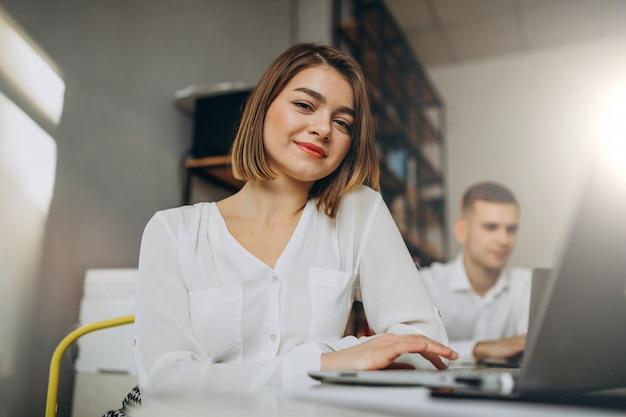 Коллеги женского и мужского пола, работающие в офисе Бесплатные Фотографии