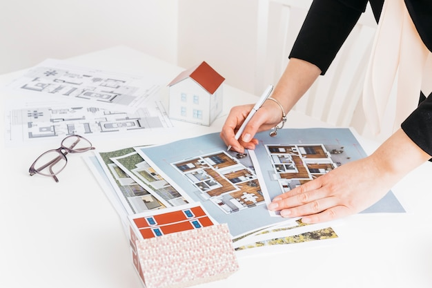Female architecture working on house project Free Photo
