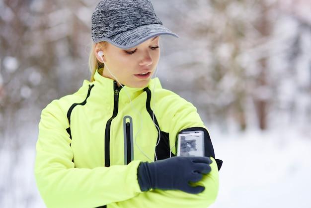 消費カロリーをチェックする女性アスリート 無料写真