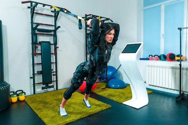L'atleta che fa si esercita in uno studio di fitness ems Foto Gratuite