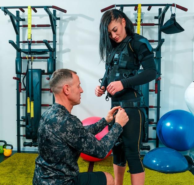 L'atleta femminile si esercita in uno studio di fitness Foto Gratuite