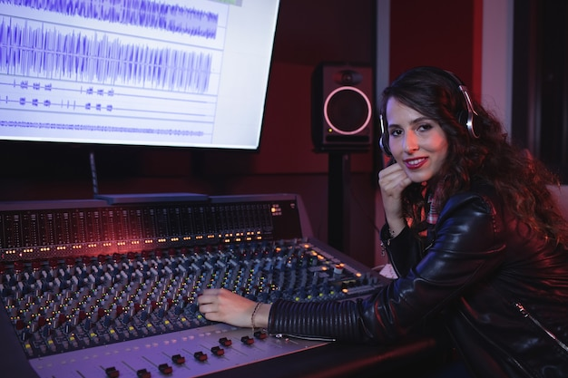 사운드 믹서를 사용하는 여성 오디오 엔지니어 무료 사진