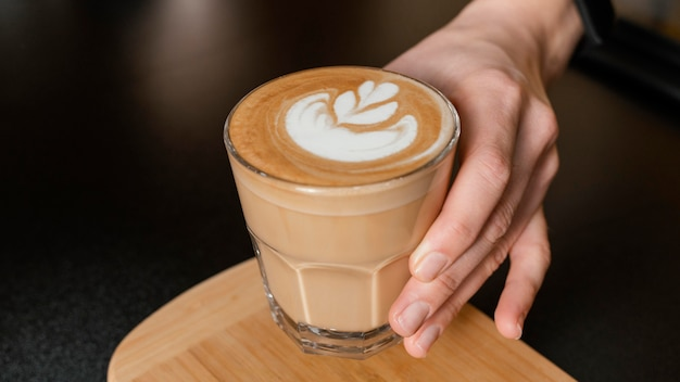장식 된 커피 잔을 들고 여성 바리 스타 무료 사진