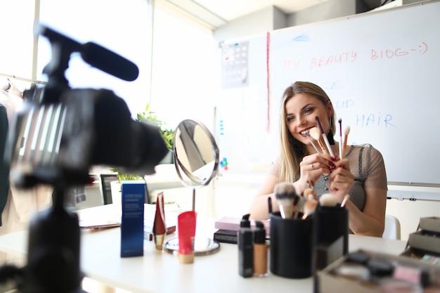 女性美容ブロガーストリーミングメイクライブビデオ Premium写真